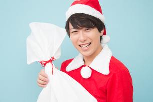 サンタクロースの仮装をした日本人男性の写真素材 [FYI04651207]
