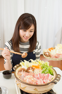 鍋料理を食べる日本人夫婦の写真素材 [FYI04651215]