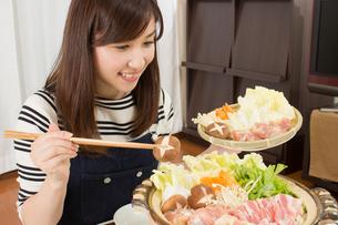 鍋料理を食べる日本人夫婦の写真素材 [FYI04651216]