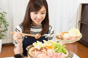 鍋料理を食べる日本人夫婦の写真素材 [FYI04651217]