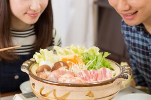 鍋料理を食べる日本人夫婦の写真素材 [FYI04651221]