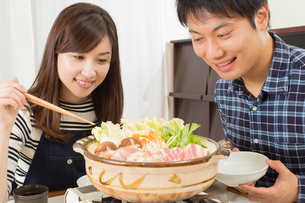 鍋料理を食べる日本人夫婦の写真素材 [FYI04651222]