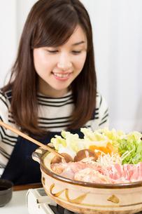 鍋料理を食べる日本人夫婦の写真素材 [FYI04651223]
