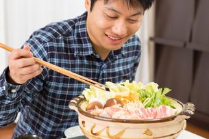 鍋料理を食べる日本人夫婦の写真素材 [FYI04651227]