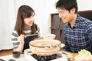 鍋料理を食べる日本人夫婦の写真素材 [FYI04651228]