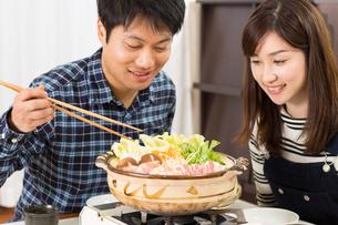 鍋料理を食べる日本人夫婦の写真素材 [FYI04651231]