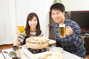 鍋料理を食べる日本人夫婦の写真素材 [FYI04651235]