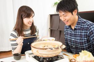 鍋料理を食べる日本人夫婦の写真素材 [FYI04651240]