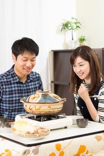 鍋料理を食べる日本人夫婦の写真素材 [FYI04651244]