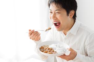 カレーを食べる男性の写真素材 [FYI04651966]