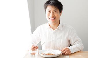 カレーを食べる男性の写真素材 [FYI04651969]