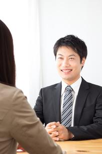打ち合わせをする日本人ビジネスマンとビジネスウーマンの写真素材 [FYI04652251]