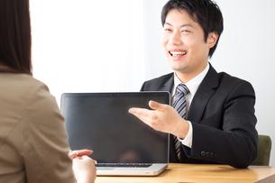 打ち合わせをする日本人ビジネスマンとビジネスウーマンの写真素材 [FYI04652257]
