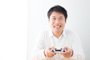 ゲームをする男性の写真素材 [FYI04652371]