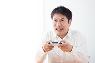 ゲームをする男性の写真素材 [FYI04652375]
