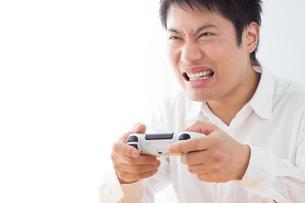 ゲームをする男性の写真素材 [FYI04652376]