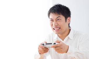 ゲームをする男性の写真素材 [FYI04652377]
