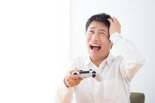 ゲームをする男性の写真素材 [FYI04652378]