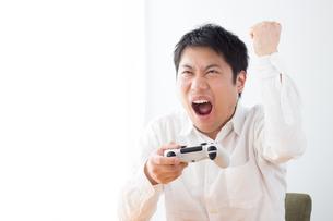 ゲームをする男性の写真素材 [FYI04652381]