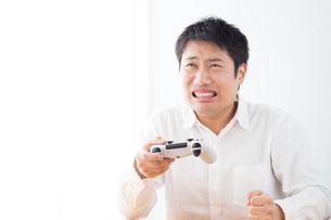 ゲームをする男性の写真素材 [FYI04652383]