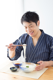 そうめんを食べる男性の写真素材 [FYI04652434]