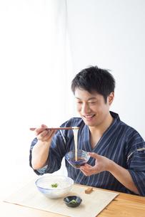 そうめんを食べる男性の写真素材 [FYI04652435]