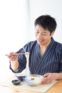 そうめんを食べる男性の写真素材 [FYI04652439]
