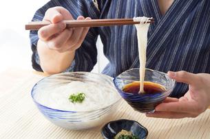 そうめんを食べる男性の写真素材 [FYI04652443]