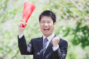 日本人ビジネスマンと新緑の写真素材 [FYI04652665]