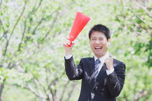 日本人ビジネスマンと新緑の写真素材 [FYI04652667]