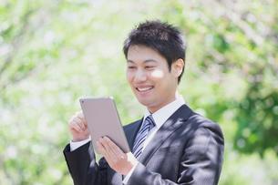 日本人ビジネスマンと新緑の写真素材 [FYI04652671]
