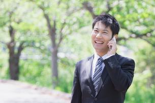 日本人ビジネスマンと新緑の写真素材 [FYI04652693]