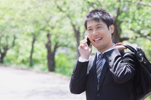 日本人ビジネスマンと新緑の写真素材 [FYI04652705]