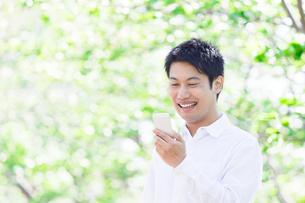 日本人男性と新緑の写真素材 [FYI04652746]