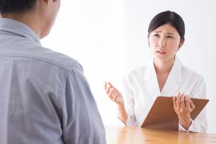 日本人女性医者と男性患者の写真素材 [FYI04652798]