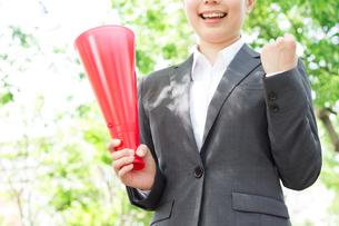 日本人ビジネスウーマンと新緑の写真素材 [FYI04652810]