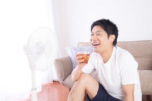 日本人男性 夏の写真素材 [FYI04652882]