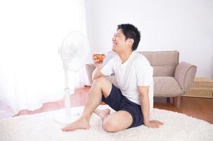 日本人男性 夏の写真素材 [FYI04652890]