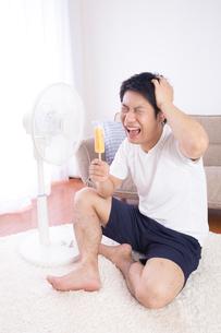 日本人男性 夏の写真素材 [FYI04652900]