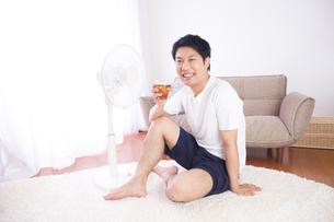 日本人男性 夏の写真素材 [FYI04652901]
