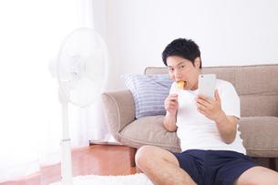日本人男性 夏の写真素材 [FYI04652907]