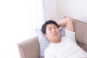 日本人男性 夏の写真素材 [FYI04652911]