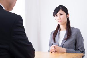 日本人ビジネスウーマンとビジネスマンの打ち合わせの写真素材 [FYI04653123]