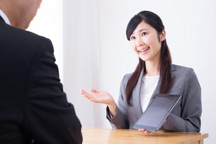 日本人ビジネスウーマンとビジネスマンの打ち合わせの写真素材 [FYI04653141]
