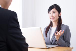 日本人ビジネスウーマンとビジネスマンの打ち合わせの写真素材 [FYI04653142]