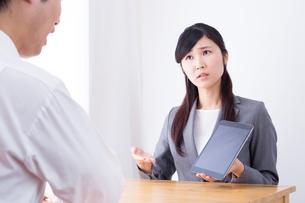 日本人ビジネスウーマンとビジネスマンの打ち合わせの写真素材 [FYI04653154]
