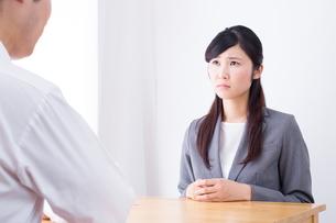 日本人ビジネスウーマンとビジネスマンの打ち合わせの写真素材 [FYI04653161]