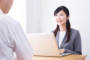 日本人ビジネスウーマンとビジネスマンの打ち合わせの写真素材 [FYI04653163]