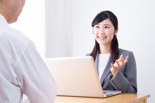 日本人ビジネスウーマンとビジネスマンの打ち合わせの写真素材 [FYI04653165]