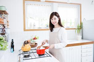 日本人女性の写真素材 [FYI04653312]